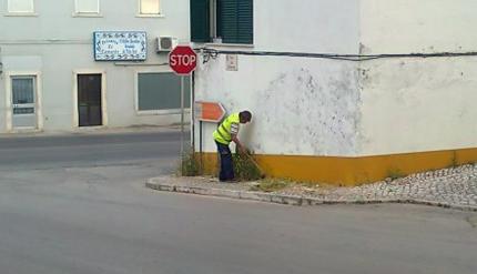 Limpeza de passeios na zona urbana da Cotovia.